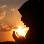 Ilustrasi seorang wanita memeluk Islam