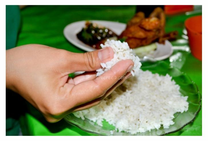 makan dengan tangan kanan