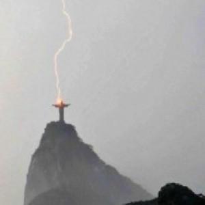 Patung Yesus Terbesar di Dunia Tersambar Petir