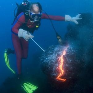 Ilustrasi Api di Bawah Laut
