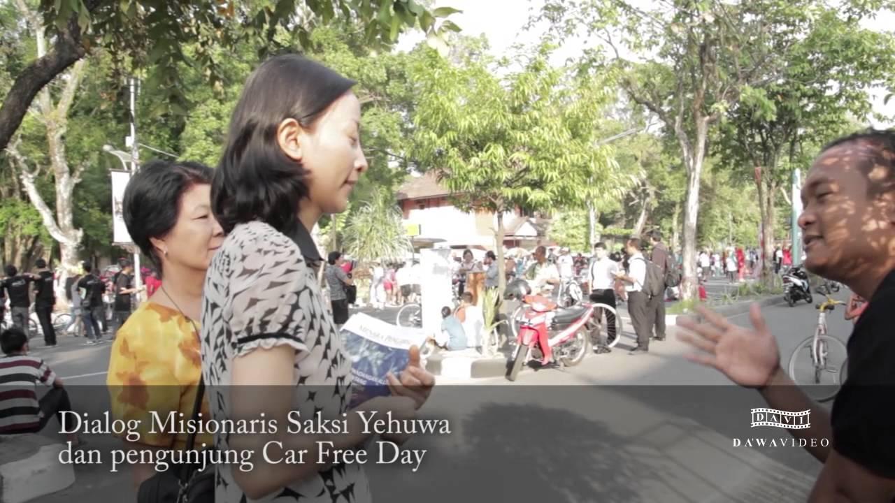 Wanita Misionari dari Saksi Yehuwa ditegur Oleh Salah satu pengunjung Car Free Day Solo