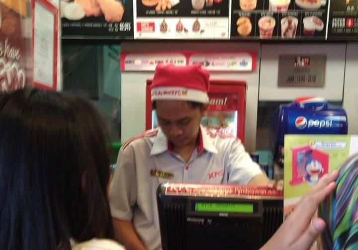 Kebijakan penggunaan atribut natal bagi karyawan berasal dari KFC Pusat