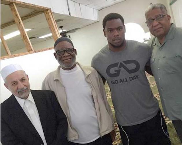 Pesepakbola klub New England Patriots Dominique Easley (dua dari kanan) saat berada di masjid.