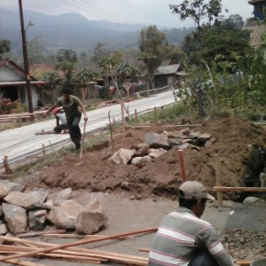 Foto beberapa pekerja sedang menggarap pembangunan mushalla