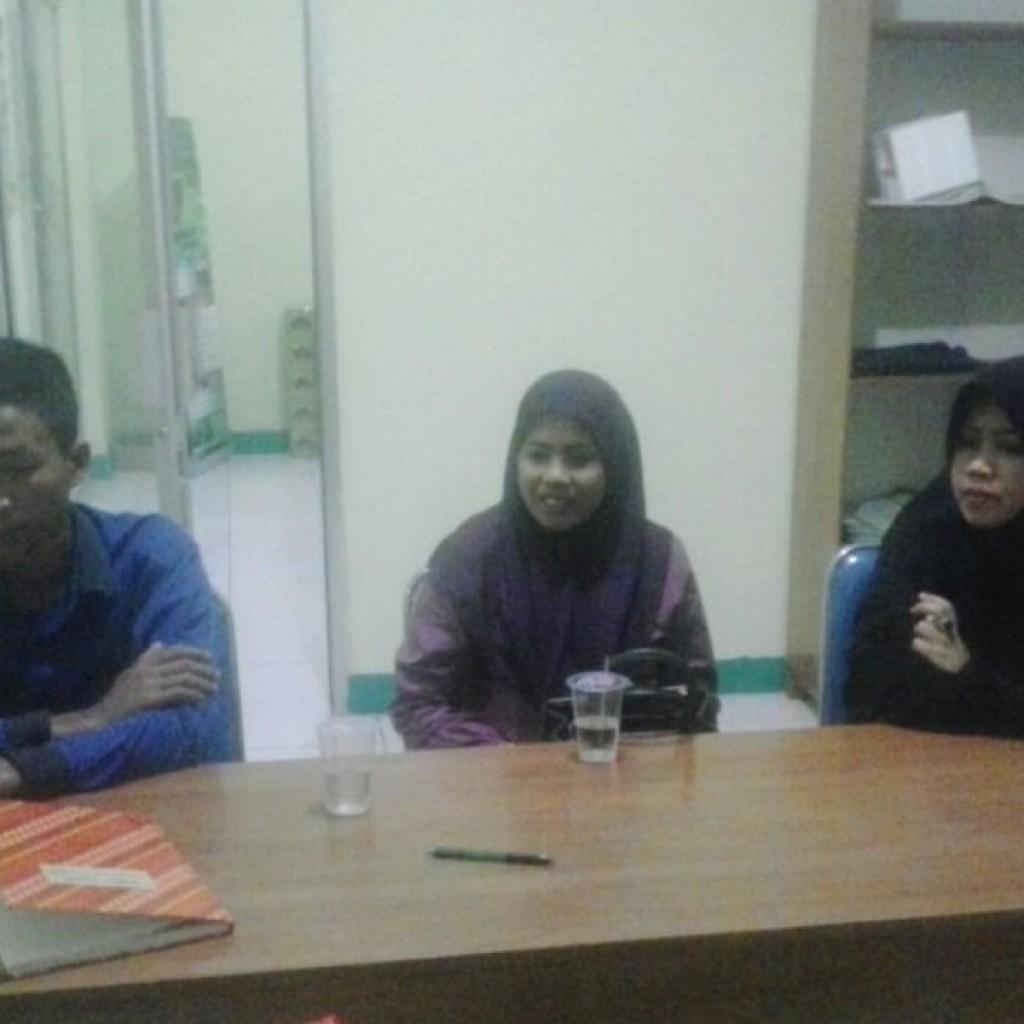 Salsa (tengah) ketika sedang menuturkan kisahnya kepada redaksi kami