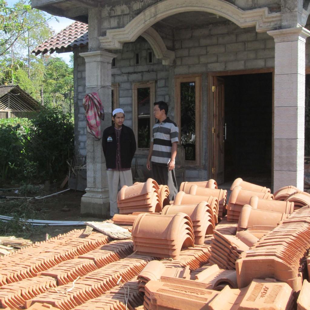 koresponden BaitulMaqdis.com bersama dengan bapak Budi di depan pekarangan rumah beliau yang rencananya akan didirikan mushalla