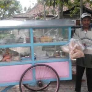Bapak Arif Siswo Gunarto dan usaha jualan jajanan dengan berkeliling pake gerobak