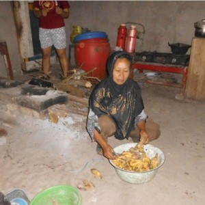 Ibu Sundrek dan usaha produksi jajanannya