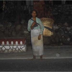 Ibu Supiyem dan usaha jual sayur keliling dengan digendong