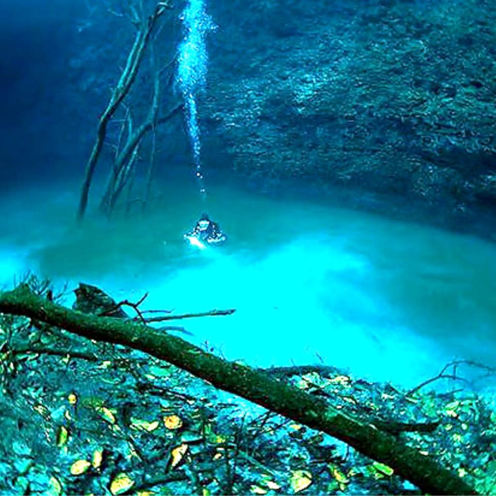 Foto aliran sungai air tawar yang terdapat di bawah laut