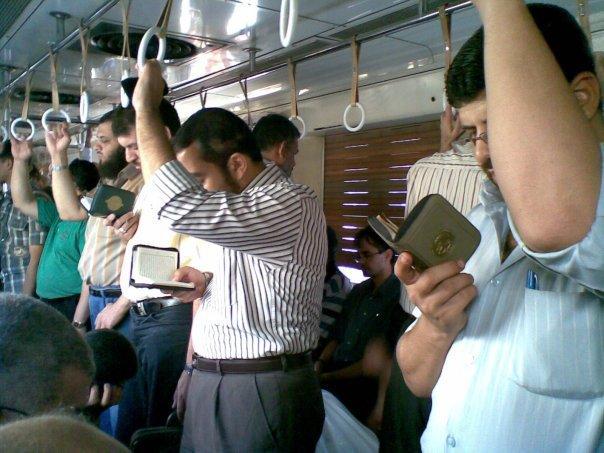 Ilustrasi Ketenangan Saat Membaca & Mendengarkan Al-Qur'an