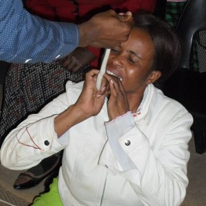 Seorang wanita jema'at gereja dipaksa memakan ular