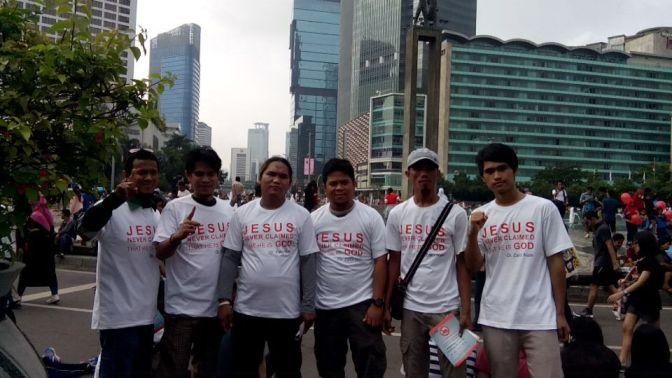 Para relawan SAMI (Sahabat Muallaf Indonesia) ketika beraksi dalam acara Car Free Day di Bunderan HI Jakarta.