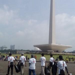Para relawan yang melakukan aksi bersih-bersih di sekitar Monas.