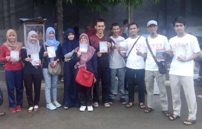 Para relawan berfoto dengan para pengunjung CFD, mereka sangat antusias memberikan dukungan.