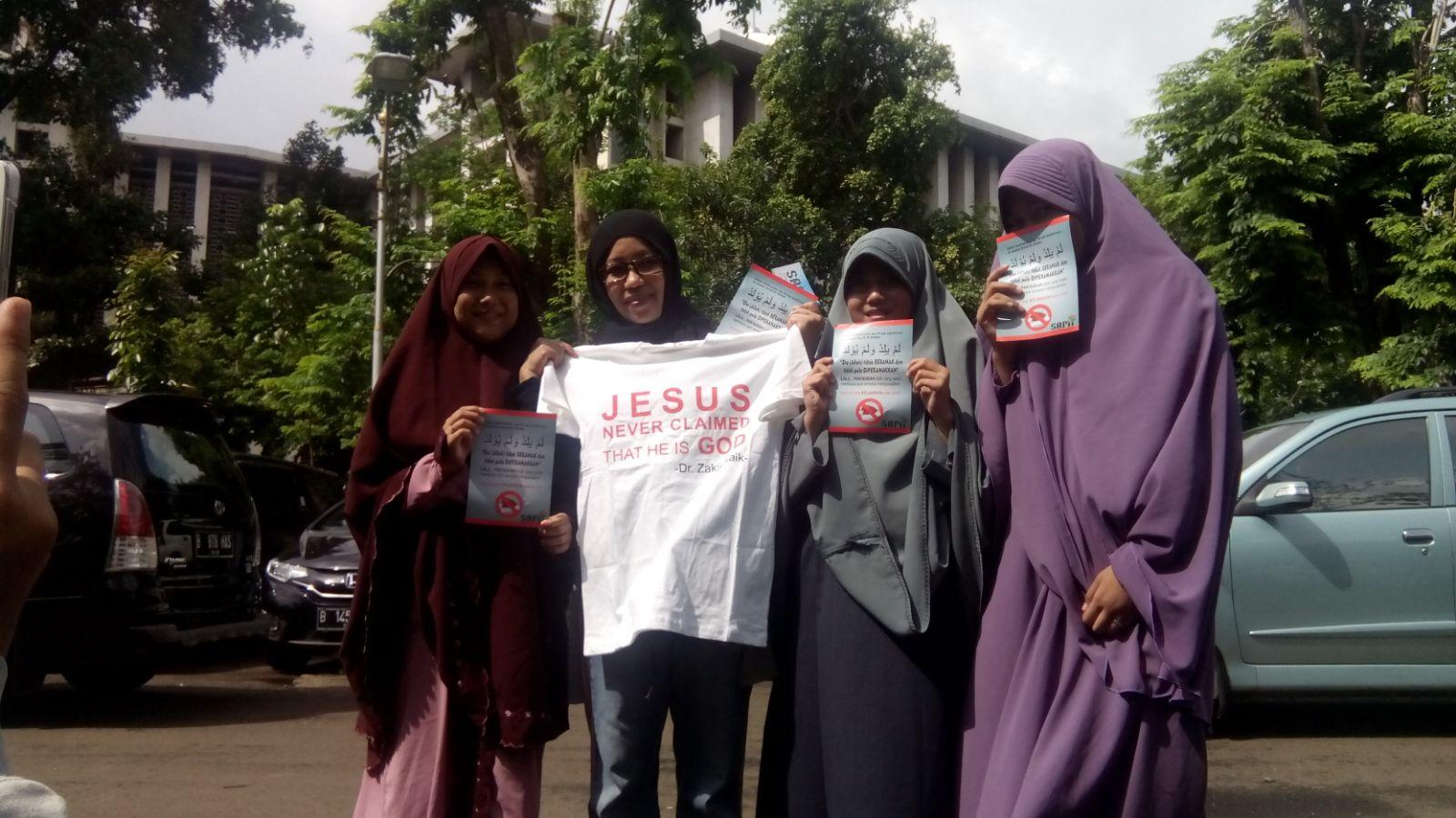 Para akhwat relawan SAMI berfoto.