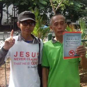 Relawan SAMI berfoto dengan salah seorang masyarakat.
