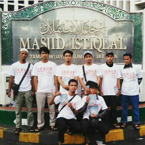 Para relawan berfoto di depan masjid Istiqlal.