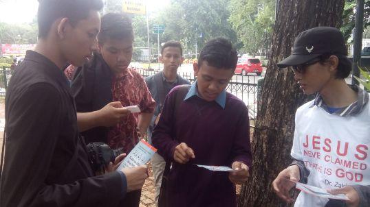 Relawan SAMI sedang melakukan sosialisasi.