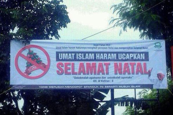 Sebuah spanduk bertuliskan umat Islam haram ucapkan natal.