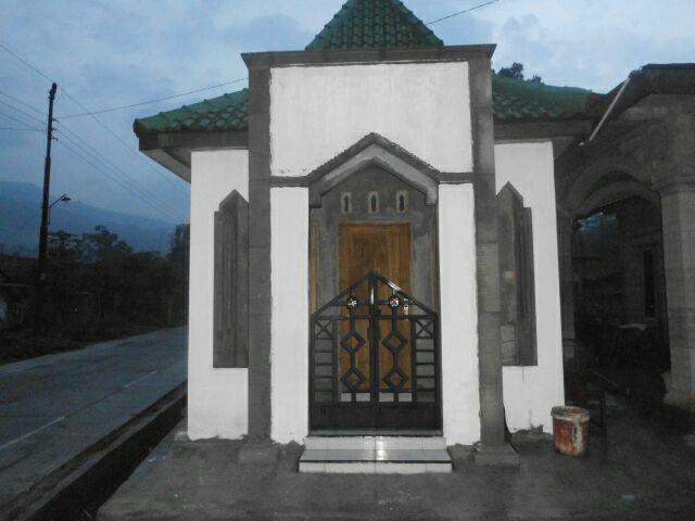 Foto mushalla Baitul Ummah dusun Puyang tampak dari depan.
