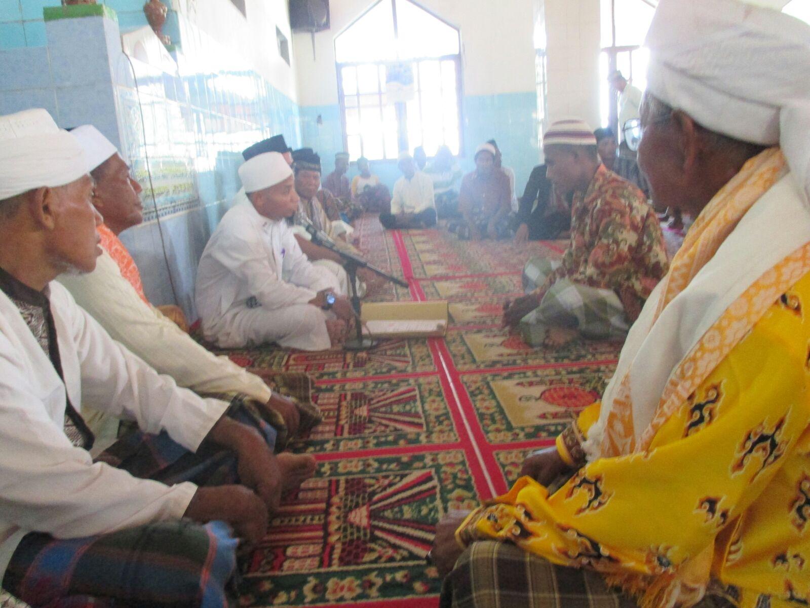 Muallaf Dance Ruppa bersyahadat dibimbing oleh Ust.Syaiful Sulaiman di hadapan para tokoh dan jama'ah Jum'at.