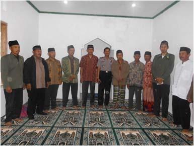 Foto tokoh & aparat di dalam mushalla.