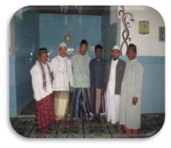 Para muallaf bersama dengan ust.Syaiful Sulaiman dengan beberapa tokoh setempat.