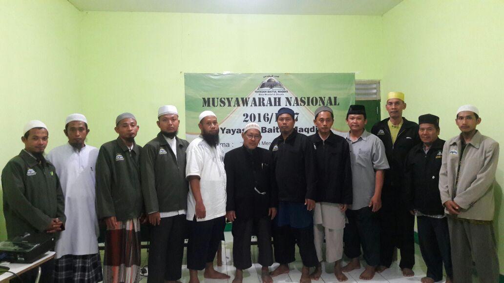 Foto bersama antara pengurus Yayasan Baitul Maqdis dengan peserta Munas.