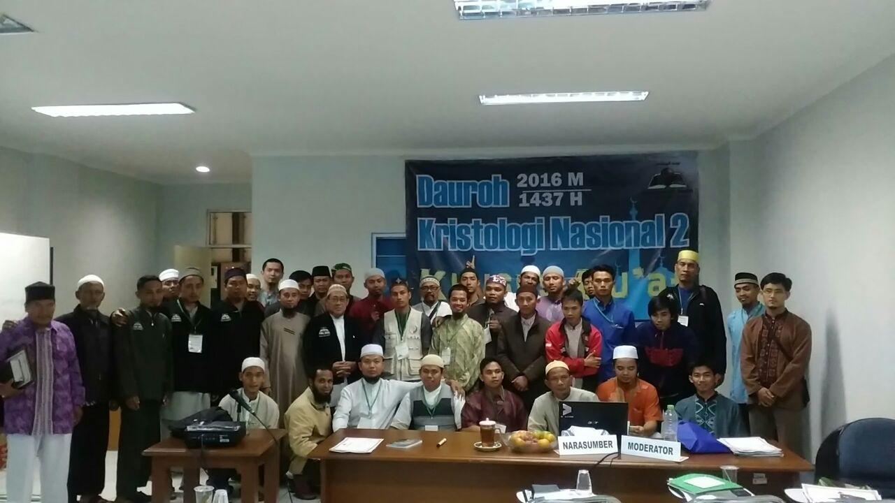 Foto bersama para peserta dauroh Kristologi Nasional ke-2 YBM.