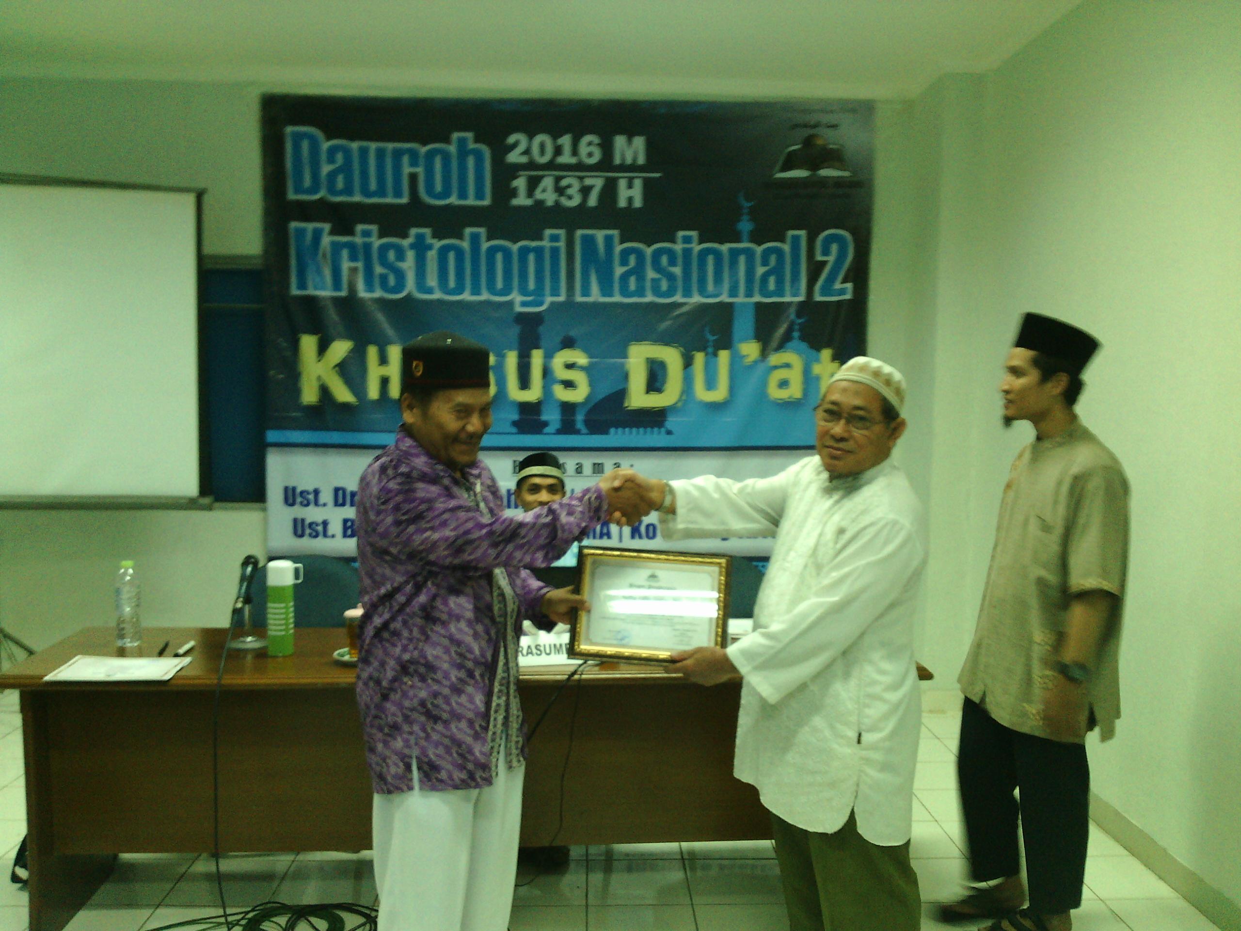 Ust.Drs.Wijaya Rahmat selaku pembina YBM menyerahkan cinderamata kepada Ust.Burahanudin Siagian sebagai pemateri.