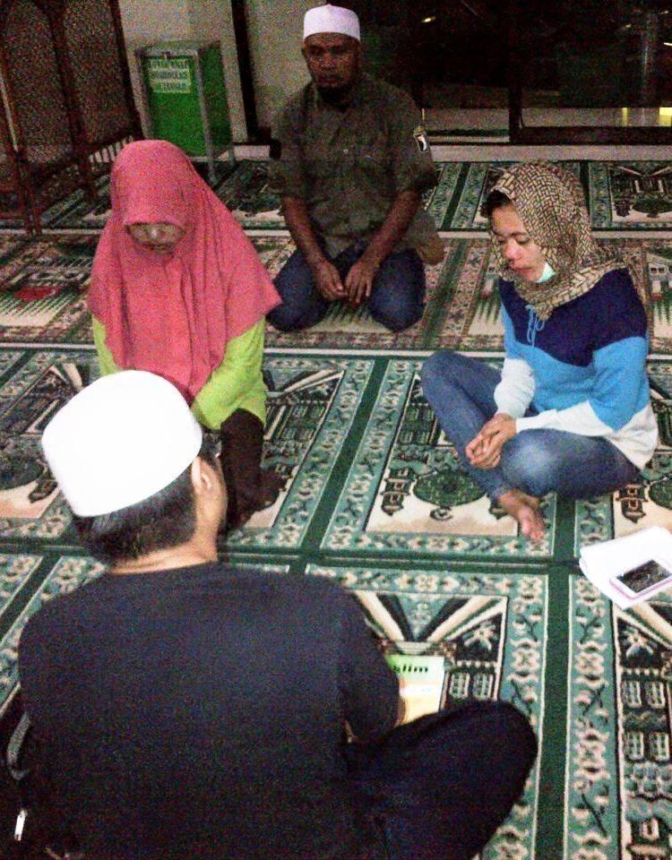 Saudari Vera Dewi Eliyati saat menceritakan kronologi disertai beberapa orang saksi.