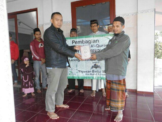 Para penerima wakaf Al-Qur'an dari Yayasan Baitul Maqdis.