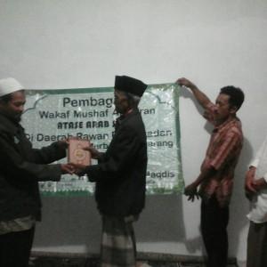 Ust.Utsaimin berfoto bersama para penerima wakaf Al-Qur'an.