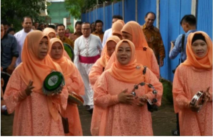 Sejumlah ibu-ibu berjilbab menyambut kedatangan seorang Uskup dengan qasidah menjadi berita terpopuler di sebuah situs Katolik pekan ini, berita itu juga menjadi kebanggaan Jaringan Islam Liberal (JIL).
