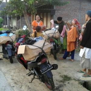 Pendistribusian baju layak pakai untuk dhuafa di Lamongan.