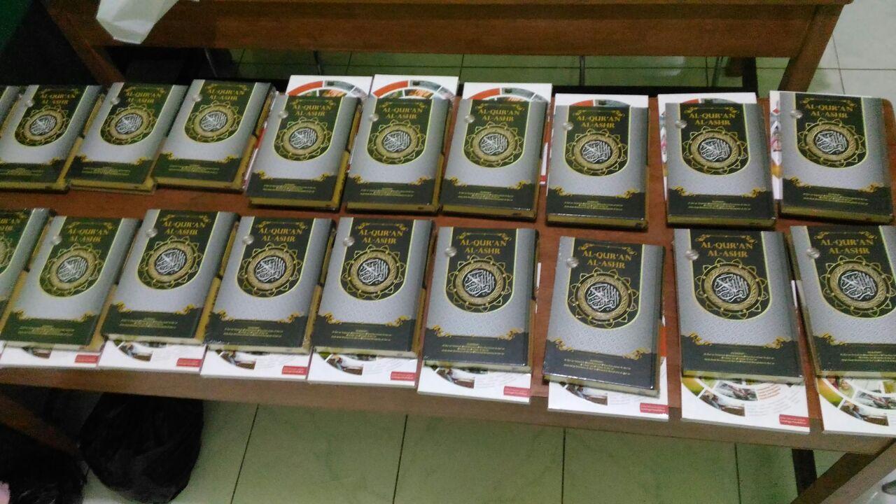 Al-Qur'an dan buku yang akan dibagikan kepada para muallaf.