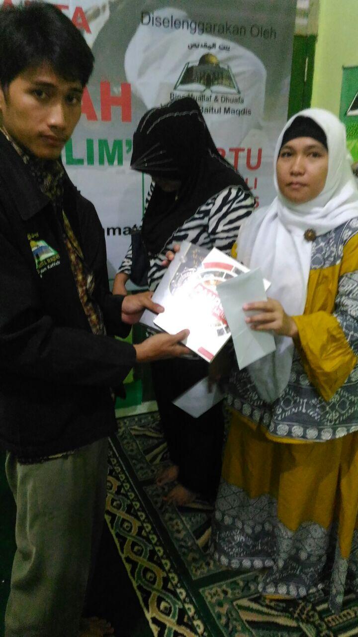Sesi santunan serta pembagian Al-Qur'an dan buku untuk para muallaf.