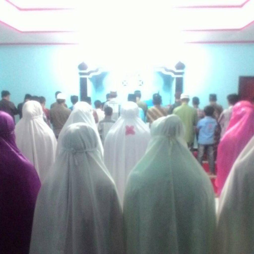Suasana Sholat Tarawih di Masjid At Taubah