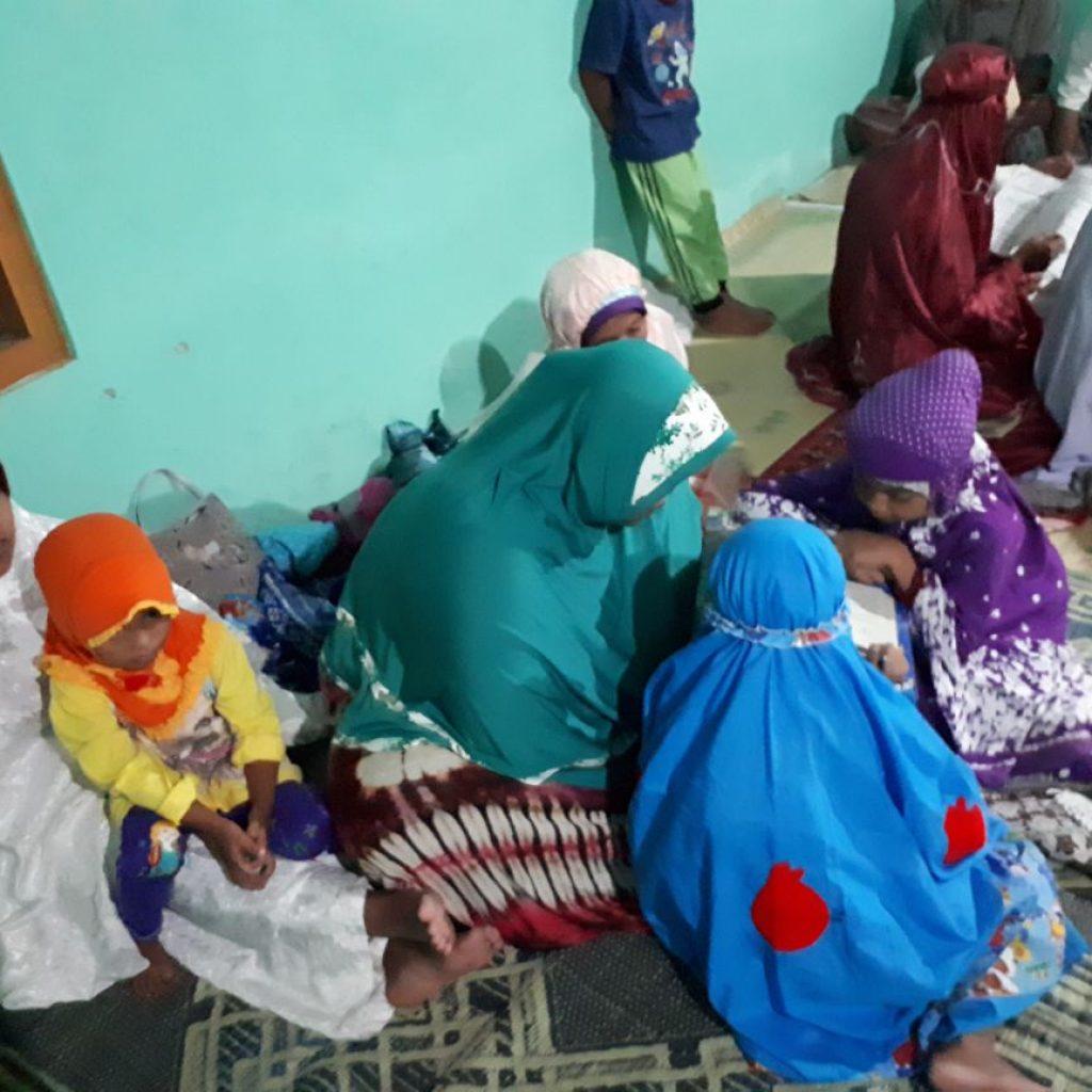 Ibu Ibu dan Anak Anak semangat mengikuti ta'lim Al Quran selepas shalat magrib
