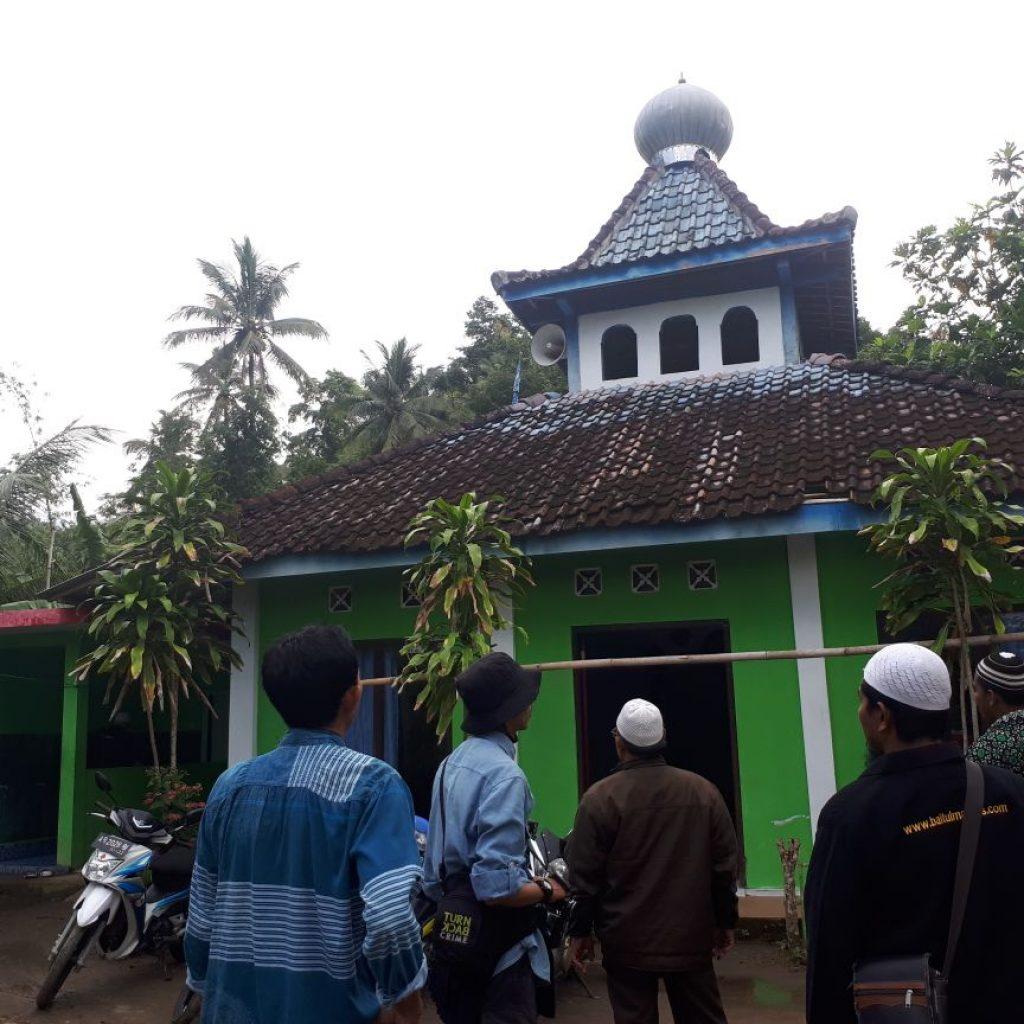 Masjid At Taubah yang berada di atas puncak bukit menoreh