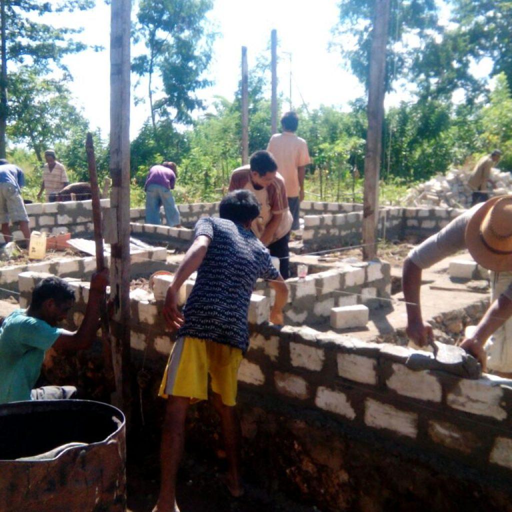 pembangunan pondasi dan dinding rumah