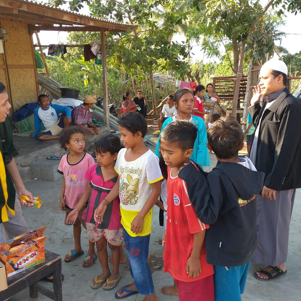 Pembagian Cemilan Untuk Anak Anak Korban Gempa