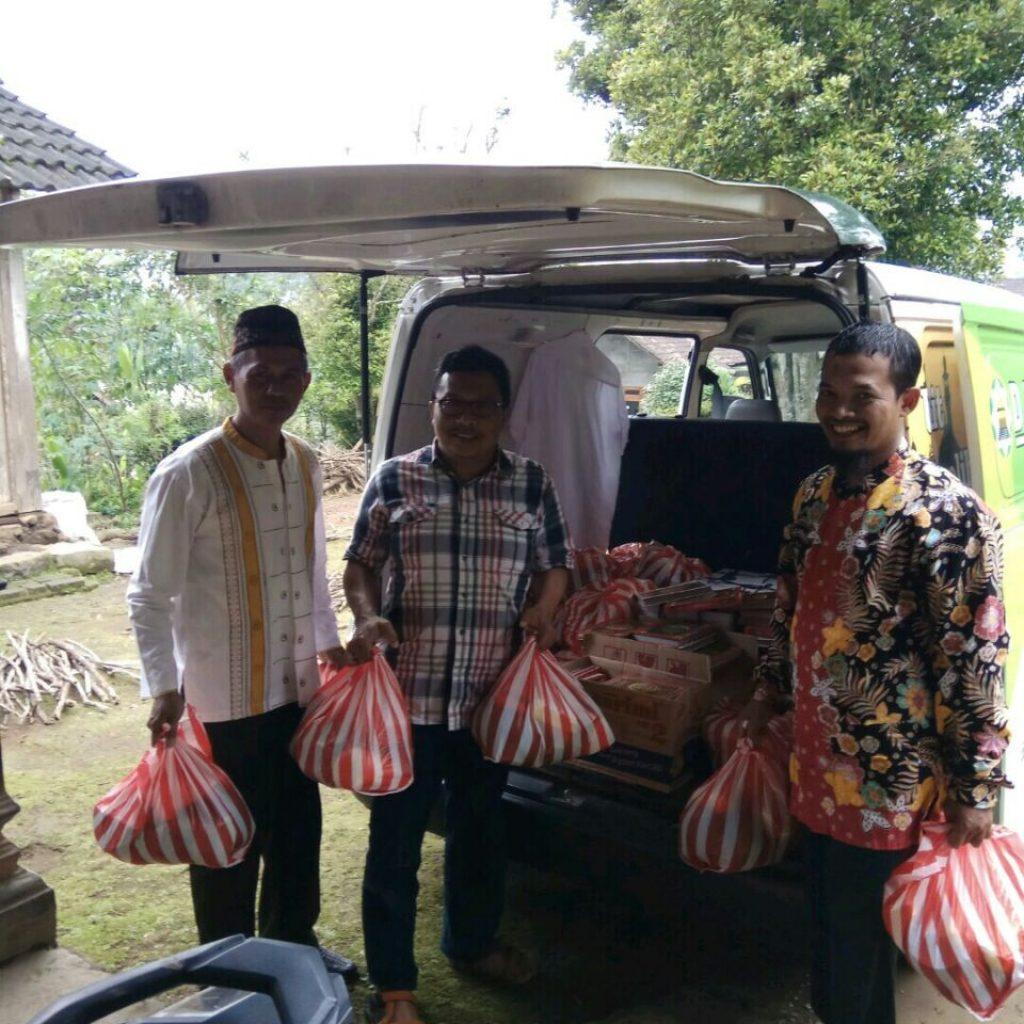 Pembagian Sembako Gratis kepada warga sekitar
