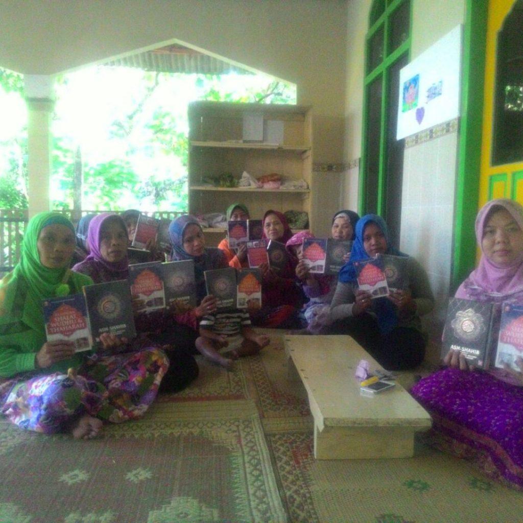 Pembagian Al Qur'an dan buku panduan mengaji