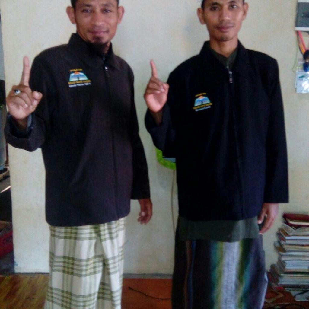 Ust, Anwar Adi S.Pd sebelah kanan