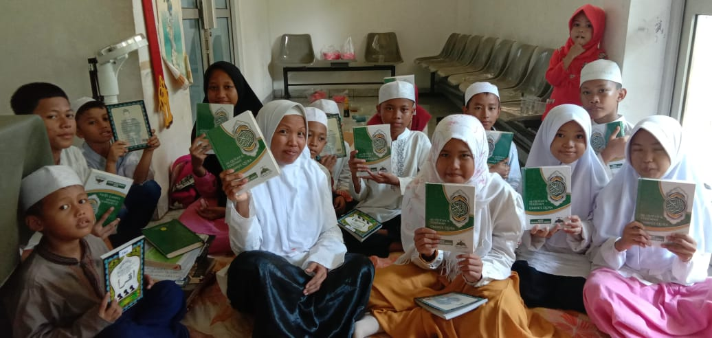 Pembagian Qur'an Wakaf Untuk Anak-anak Penghafal Al-qur'an Di Kampung Rawan Murtad
